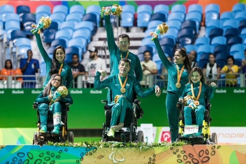 12.set.2016 - Conjunto brasileiro formado por Antônio Leme, Evelyn Vieira e Evani Calado comemora medalha de ouro nas duplas mistas da bocha, classe BC3