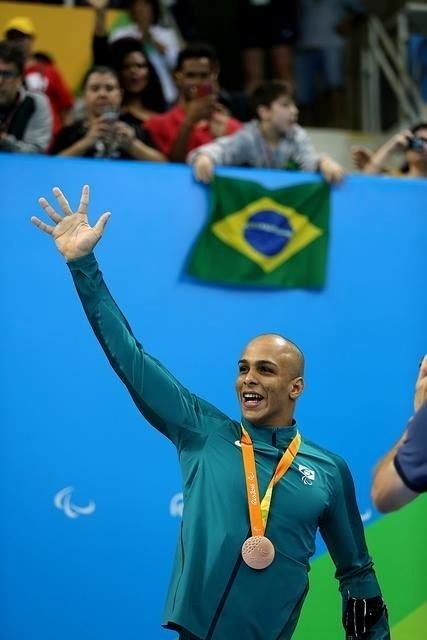 8.set.2016 - Ítalo Pereira conquistou a primeira medalha de bronze do Brasil nos jogos paraolímpicos Rio-2016. O nadador foi o terceiro colocado na prova dos 100 m costas, na categoria S7