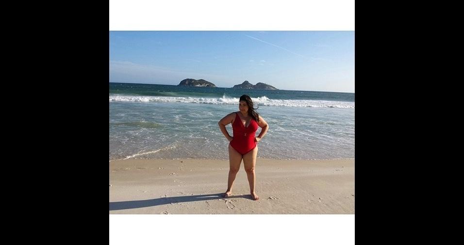 11.jan.2017 - De maiô ou de biquíni, Mariana Xavier não tem vergonha de mostrar suas curvas
