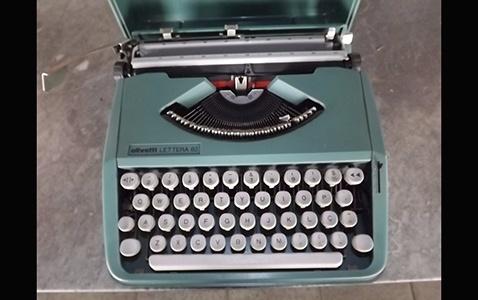 Máquina de escrever da marca Olivetti