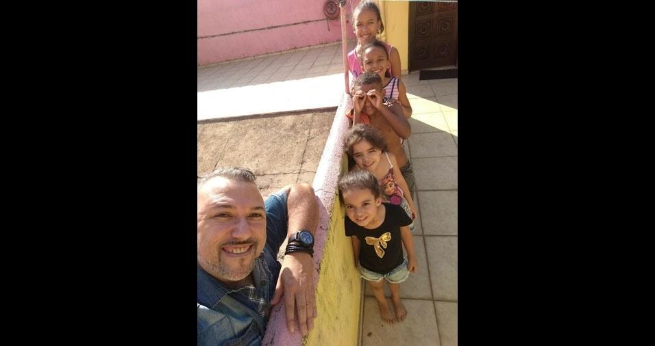 Luciano, de São Paulo (SP), com seus filhos Isabelle, Giovanna, Pedro, Maria e Rafaella