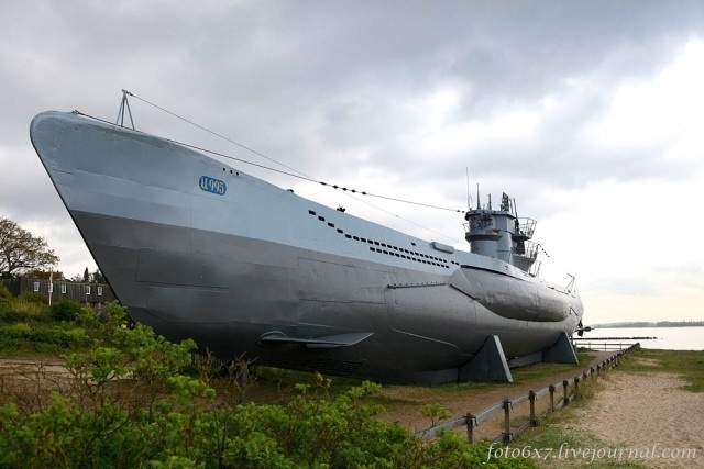 """30.jul.2015 - O submarino alemão U-995, que começou a ser usado em 16 de setembro de 1943, realizou nove patrulhas e teve apenas dois comandantes, Walter Köhntopp e Hans-Georg Hess. No final da segunda guerra, o submarino estava no estaleiro de Trondheim, na Noruega, e foi integrado à marinha norueguesa com o nome de  """"KNM Kaura"""". Em 1965, o U-995 foi oferecido ao governo alemão por uma quantia simbólica. A oferta foi recusada. No entanto, a Liga da Marinha Alemã resolveu comprar o submarino e ele foi levado para Laboe, em Kiel, na Alemanha. Em outubro de 1971, o U-995 foi transformado em navio-museu e atualmente está aberto à visitação no Laboe Naval Memorial"""