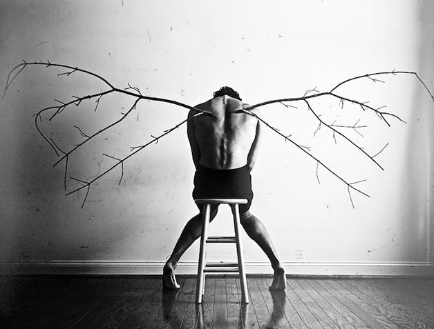 16.set.2015 - O jovem Christian Hopkins, de 20 anos, encontrou na fotografia muito mais que uma diversão: por meio de fotos, enfrenta a depressão aguda como uma terapia. Ele, que sofre da doença há 4 anos, criou retratos surreais e melancólicos que retratam o drama vivido por quem passa por esse tipo de situação