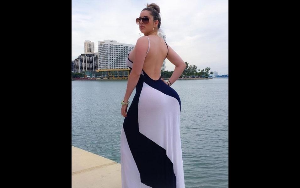"""21.jun.2016 - A modelo Kathy Ferreiro mostrou por que é conhecida como a """"Kim Kardashian cubana"""". Assim como gosta de fazer a socialite americana, a modelo cubana fez uma selfie trajando um vestido longo que evidenciava suas curvas e postou no INstagram. Não bastasse o look sensual, que deixou as costas da gata de fora, Kathy ainda deu uma empinadinha com o bumbum GG"""