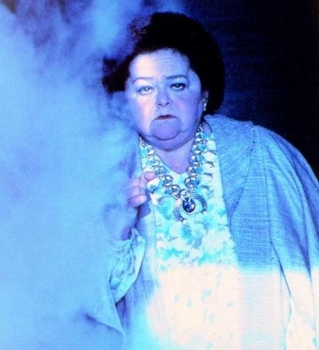 Já Zelda Rubenstein não morreu durante as gravações, mas algo sobrenatural marcou o período. Durante uma sessão de fotos para Poltergeist III, uma estranha fumaça acabou invadindo uma das fotos. Ela contou, anos depois, em entrevistas, que sua mãe morreu nos minutos em que aquelas fotos foram tiradas