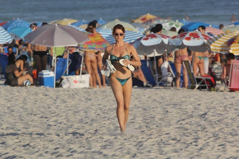 29.dez.2016 - A atriz Letícia Spiller foi flagrada se exercitando na praia