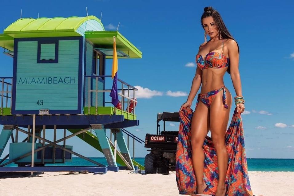 19.mai.2017 - Fernanda D'avila voou aos Estados Unidos para ser clicada em um ensaio de moda praia, aproveitando a proximidade do verão lá no norte. A brasileira exibiu suas curvas nas areias de Miami