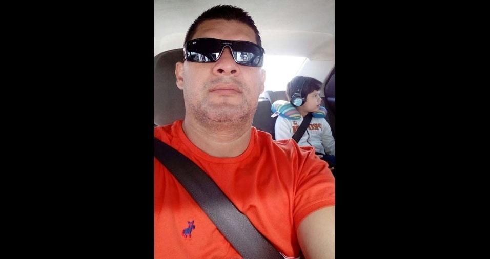 """""""Meu nome e Claudinei Rosalvo e este é meu filho Claudinei Junior. Ele tem autismo e estou nessa foto o levando para suas terapias semanais"""""""