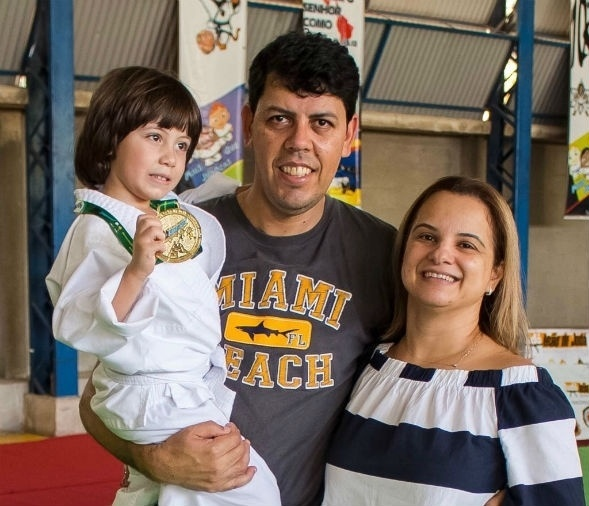 Foto em família direto de Vitória (ES) - Davi Coelho com os pais, Marcelo Henrique e Karina Coelho