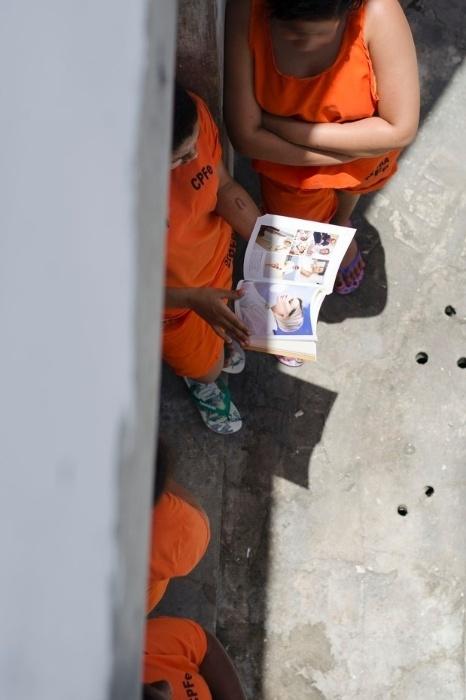 Na imagem, detentas de um presídio feminino da Mata Escura, em Salvador, com o livro