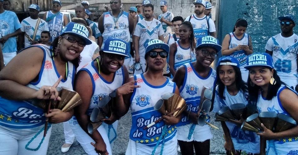 Andréa Virgílio (esquerda), de São Paulo, com as amigas que tocam agogô, em ensaio da escola Nenê de Vila Matilde