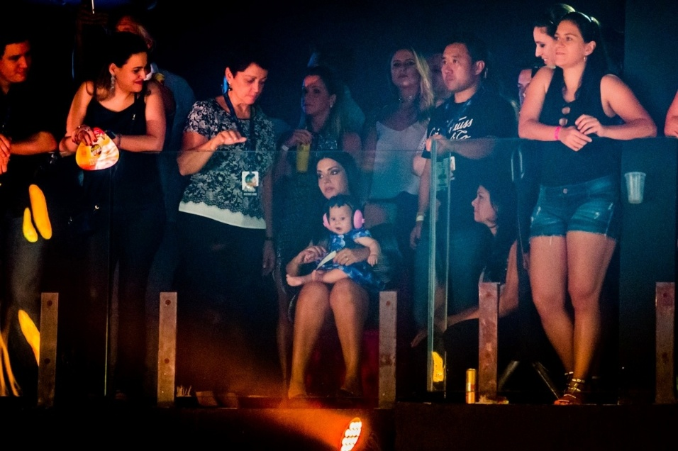 3.mar.2017 - Grávida do segundo filho, Thais Fersoza levou a filha Melinda, de sete meses, para assistir a gravação do DVD do marido, Michel Teló. A apresentação aconteceu em Curitiba (PR)