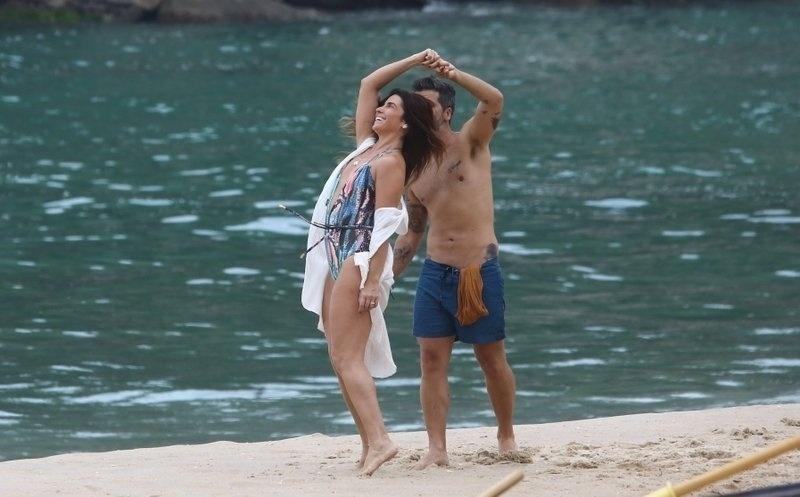 """6.mar.2017 - Giovanna Antonelli e Bruno Gagliasso dançam durante gravações de """"Sol Nascente"""", no Rio de Janeiro"""