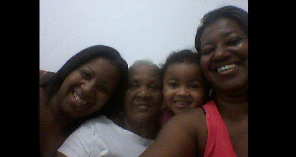 Marli, Sueli e a pequena Lara com a mãe e vovó Nazaré