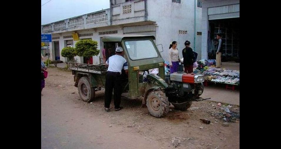 33. Em Muang Sing, no Laos, os táxis não são assim muito confortáveis. Os passageiros vão na caçamba