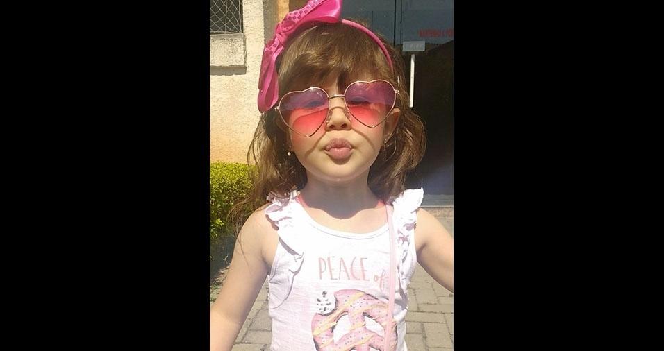 Toda estilosa, a Manuella, três anos, é filha da Daiana de Souza Camilo