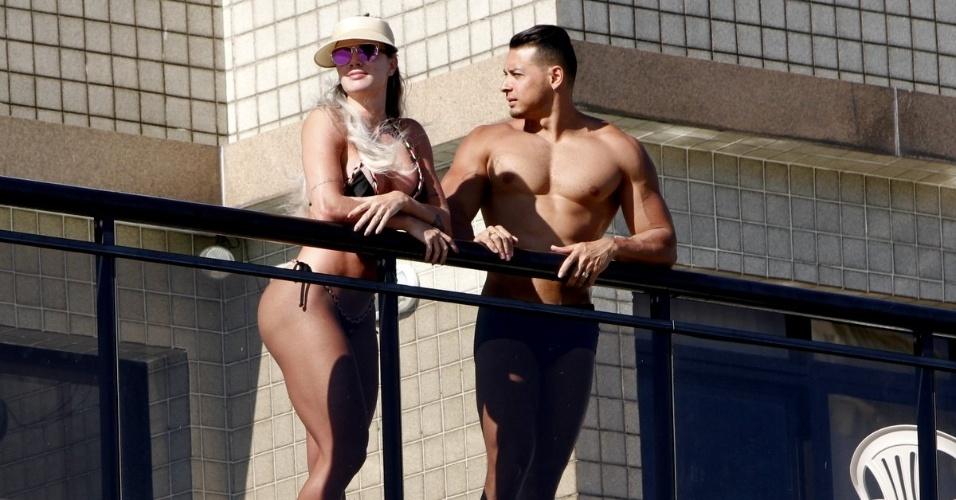 1º.fev.2016 - Juju Salimeni e o marido Felipe Franco aproveitam a vista para o mar da varanda do apartamento