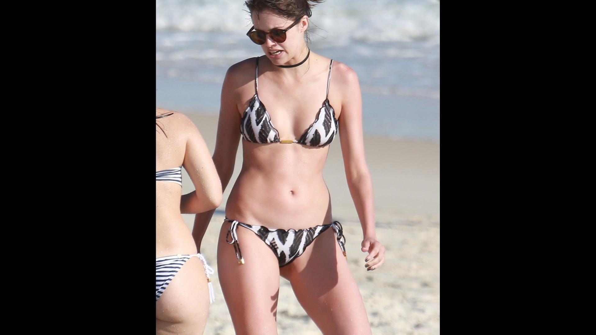 1°.nov.2016 - Agatha Moreira mostra boa forma em praia do Rio de Janeiro