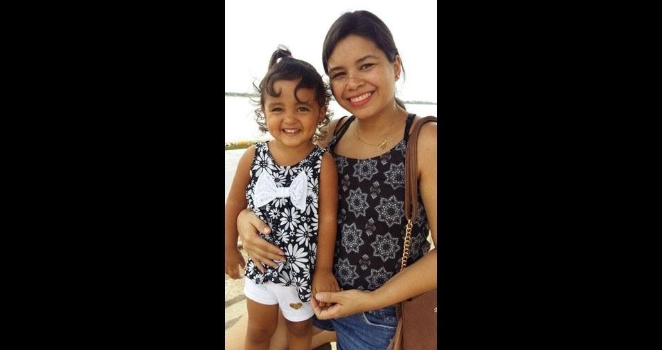 Anabela com a mamãe Mayara, na orla de Marabá (PA)