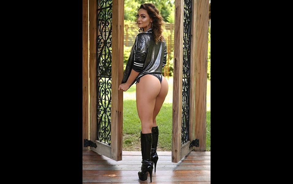 """16.mar.2018 - O ensaio de Laura para o Diamond Brazil teve uma pegada rock. """"Aprecio a maneira que o site mostra a nudez"""", diz a gata"""