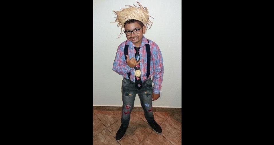 """Gabriel de Jesus, de oito anos, mora em Sumaré (SP): """"Foi o noivo da quadrilha da igreja Imaculada Conceição"""", contou a mamãe Fernanda de S. Pereira de Jesus"""