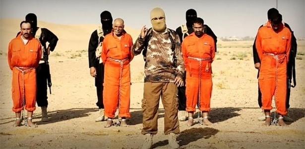 Membros do Estado Islâmico mostram prisioneiros antes de executá-los
