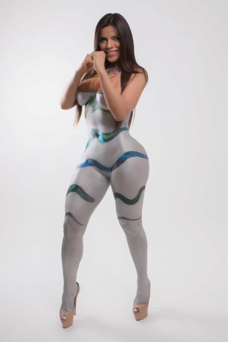 9.mar.2016 - O trabalho de pintural corporal em Suzy Cortez foi realizado no Studio Brammer e demorou aproximadamente 5 horas para ser finalizado