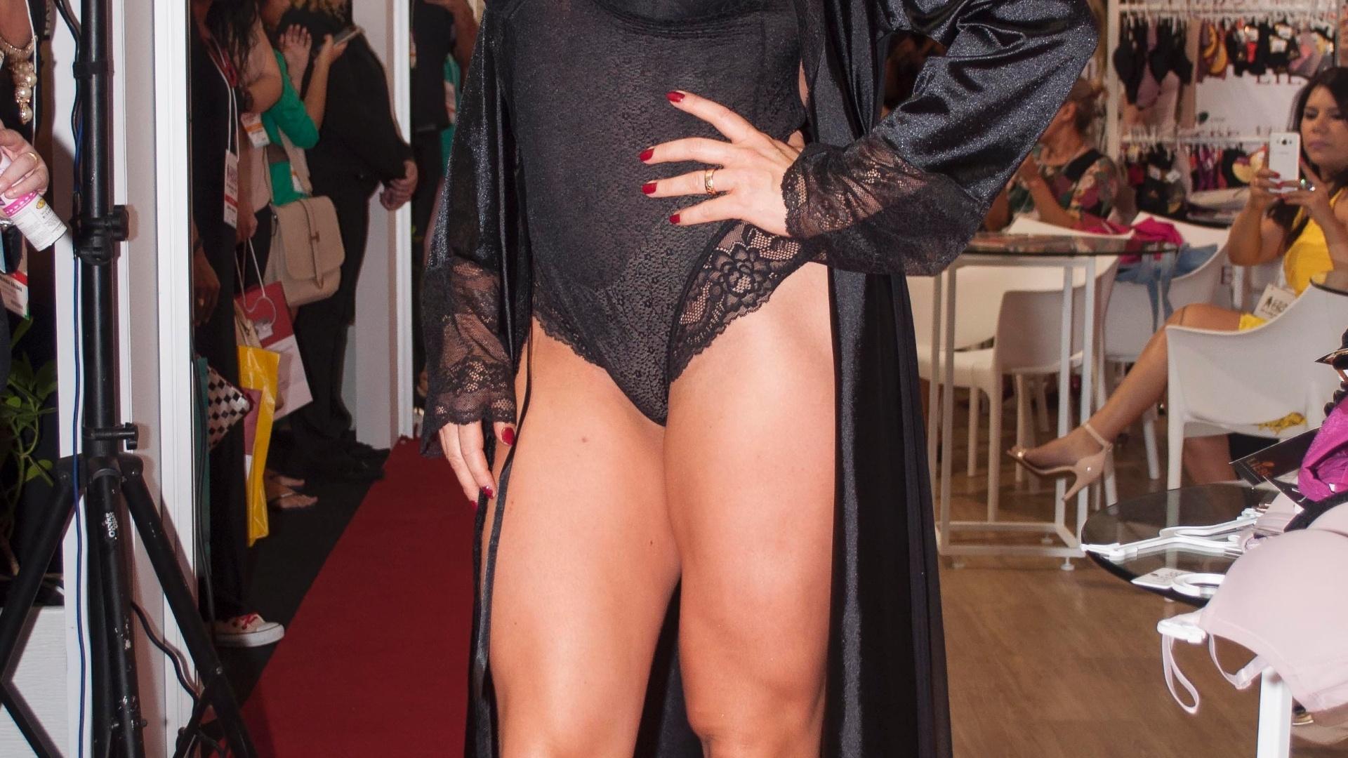 28.abr.2016 - Aos 37 anos, Sheila Mello mostrou toda sua beleza e ótima forma ao desfilar de lingerie na Feira Ceará Moda Contemporânea, em Fortaleza. A loira arrasou ao exibir o corpão com uma Lingerie Preta.