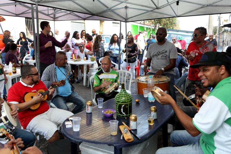 20.mai.2016 - Samba na feira. Enquanto feirantes desfazem as barracas, o samba rola solto na tenda montada pelos integrantes da roda