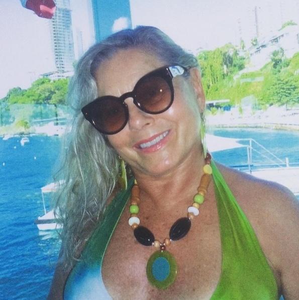 """12.dez.2016 - Aos 65 anos e quase 40 de carreira como atriz, Vera Fischer deu uma entrevista à revista """"Quem"""" e contou que passou anos sem sexo e que está namorando: """"Estava sozinha desde que namorei (o diretor) Marcos Paulo (em 2005). Sem ninguém para namorar ou para transar..."""", contou. Em outro trecho, Vera assume que usou drogas: """"Nos anos 80, era moda as pessoas usarem cocaína. Não renego, porque isso foi uma experiência. Maconha nunca usei. Não me arrependo de nada, não posso ficar engasgada"""