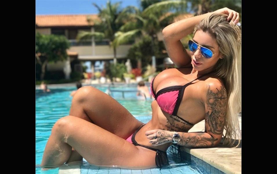 """19.fev.2017 - A gata também tirou foto de biquíni na piscina. """"Costelinha saltadinha é charme"""", escreveu Letícia na legenda da imagem postada no Instagram"""