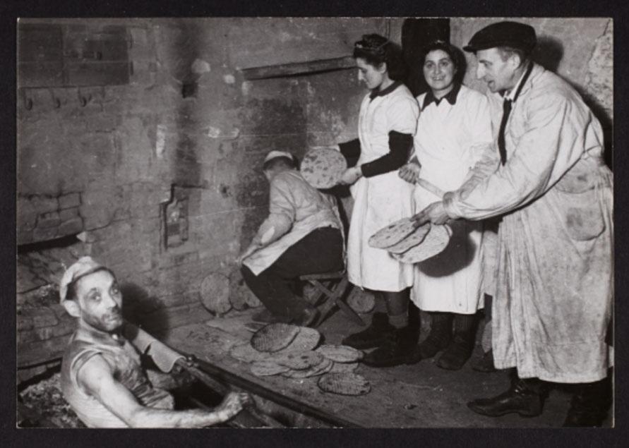 1940 - Moradores do gueto de Lodz trabalham na confecção de pães