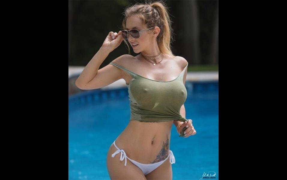 17.jul.2017 - A ex-atriz pornô Jayden Jaymes sensualiza em foto com top molhado