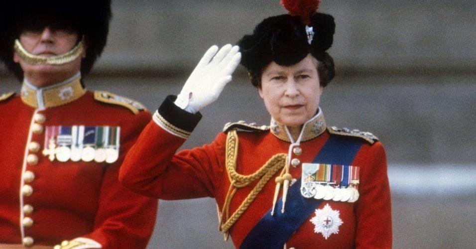 12. Diferente da época da sua trisavó Vitória, a rainha Elizabeth 2ª é chefe de Estado, mas não é chefe de governo, o que significa que ela não tem papel político ou executivo. No Reino Unido, a função de chefe de governo é exercida pelo primeiro-ministro. Desde 1952, ela já aprovou mais de 3.500 leis do Parlamento. A rainha representa o país no exterior e em recepções, festividades e comemorações. Porém, ela tem o poder de dissolver o Parlamento e nomear o primeiro ministro, que normalmente é indicado pelo Parlamento. Além disso, a rainha é líder das Forças Armadas e da Igreja Anglicana