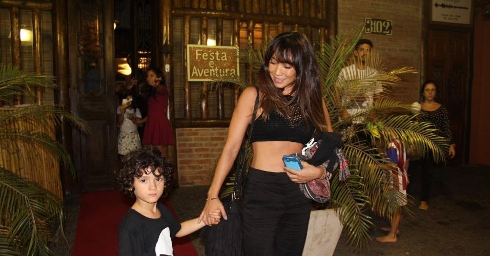 21.abr.2016 - A atriz Daniele Suzuki e o filho, Kauai, compareceram ao aniversário de 8 anos dos filhos gêmeos de Rodrigo Hilbert e Fernanda Lima. O evento aconteceu em uma casa de festas no Rio de Janeiro