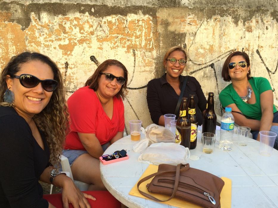 20.mai.2016 - Samba na feira. Esposas e familiares dos músicos têm cadeira cativa no Samba na Feira. Enquanto os sambistas tocam e cantam, as mulheres aproveitam para conversar, tomar uma cerveja e se divertir