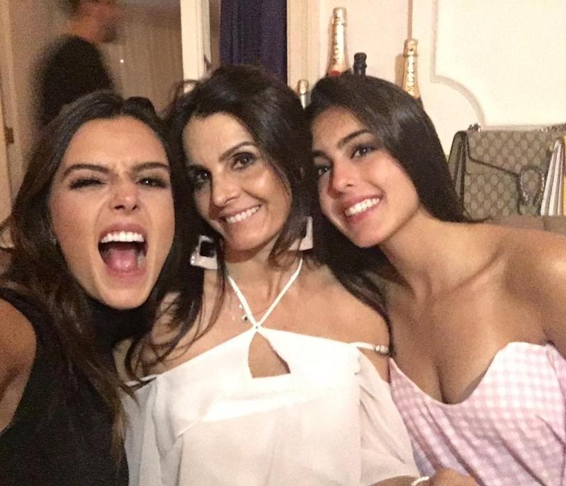 12.dez.2016 - Giovanna (esq.) e Gabriela Lancellotti (dir.) posam para foto publicada no Instagram da mamãe, Giuliana. A diferença de idade entre Gi e a irmã Gabi é de 10 anos