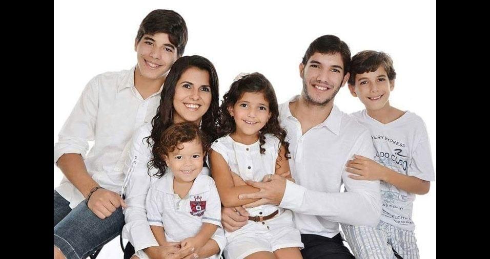 A mamãe Ceiça com seus cinco filhos