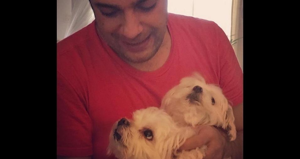 11. O comediante e ator Marcelo Medici era apaixonado por sua cadelinha Preta, que morreu. Hoje ele dedica seu amor aos filhotes da Preta