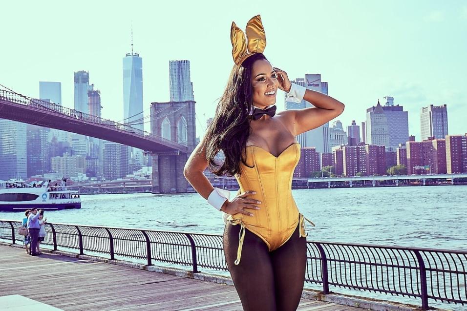 24.ago.2017 - Katiely Kathissumi se tornou uma das coelhinhas da Playboy nos Estados Unidos e posou a caráter para um ensaio fotográfico. A modelo usou como cenário de fundo a cidade de Nova York, onde vive há 4 meses