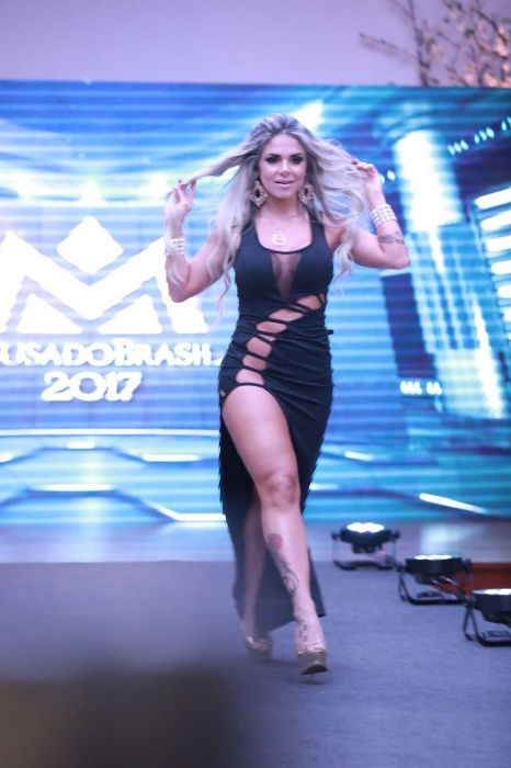 5.nov.2017 - Com uma fenda ousada, Pamela Punch representa o DF na passarela do concurso