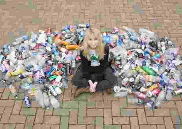 """21.fev.2018 - A história de Nadia Sparkes viralizou nas redes sociais e foi divulgado pelo portal Eastern Daily Press. A garota de 12 anos, de Norwich, na Inglaterra, sofria bullyng por recolher o lixo encontrado durante o caminho de sua casa até a escola. Em sua classe, ela chegou a receber o apelido de """"menina do lixo"""". No entanto, ela não se intimidou e continuou. Com sua bicicleta, ela já chegou a enviar duas caixas de lixo, como copos e garrafas plásticas, para a reciclagem - Reprodução/Facebook"""