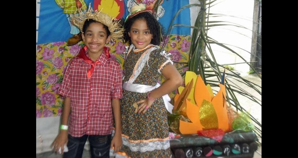 Cláudia Monteiro Viana enviou foto dos filhos Matheus, dez anos, e Isabela, oito anos, no arraial da Escola Espírito Santo, de Olinda (PE)