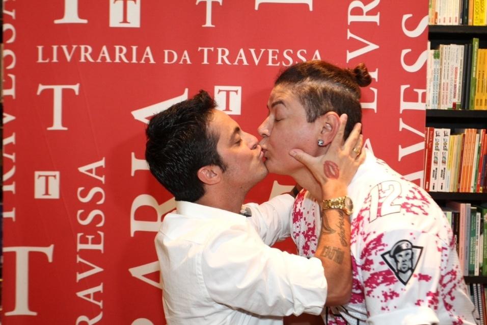 8.set.2015 - Thammy beija o promoter David Brazil no lançamento de sua biografia, na livraria Travessa do Shopping Leblon, no Rio de Janeiro