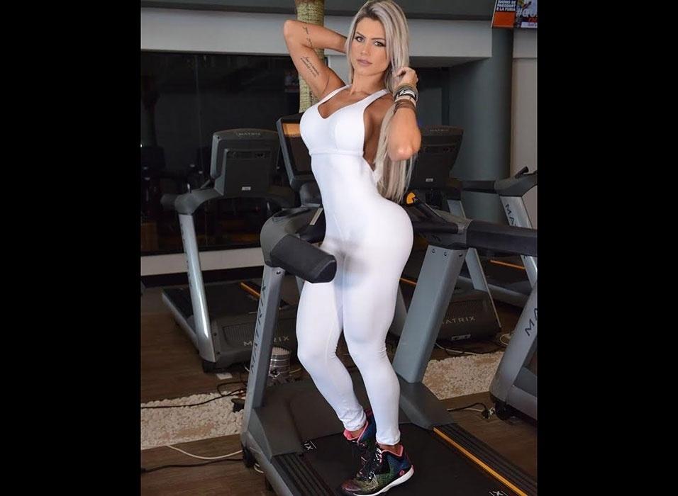 16.fev.2016 - Janaina Santucci exibe suas belas curvas em campanha de moda fitness. Os modelitos justíssimos realçaram as curvas da loira