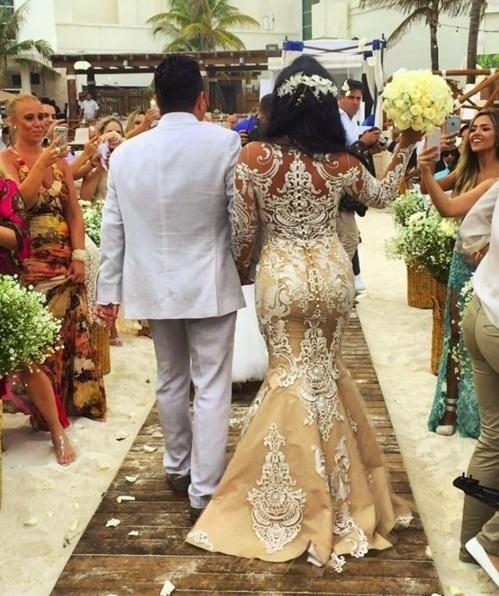 16.fev.2016 - O sertanejo Bruno, dupla de Marrone, renovou os votos de seu casamento com sua mulher, Marianne Rabelo. Os dois são casados há 20 anos