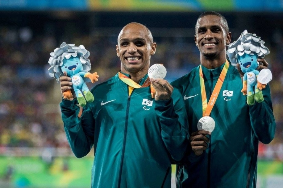 11.set.2016 - Felipe Gomes (esq.) chegou em segundo lugar na prova dos 100 metros rasos do atletismo, na categoria T11