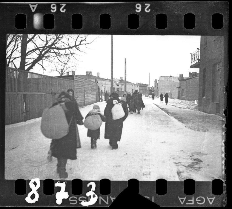 1940-1944 - Famílias são deportadas no frio do inverno polonês