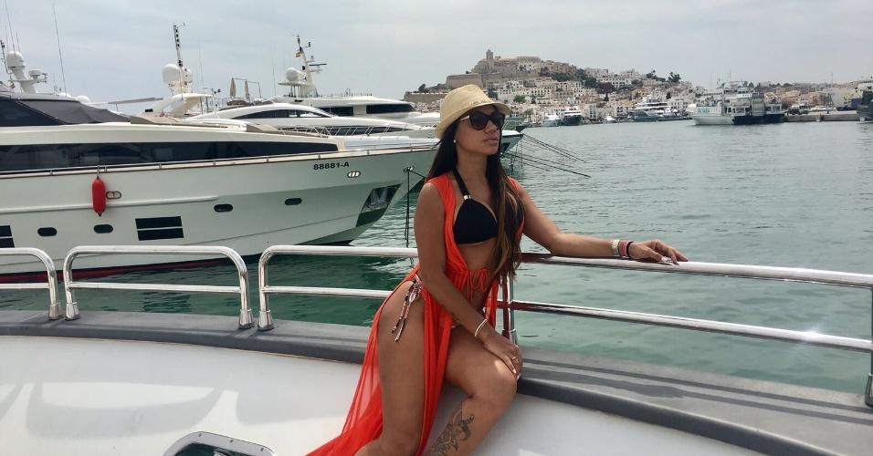 10.ago.2017 - Ana Paula Evangelista desfilou suas curvas pela badalada ilha de Ibiza