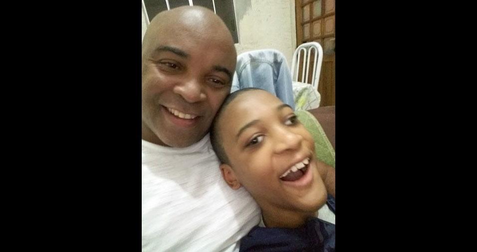 Sílvio Aparecido Rodrigues da Silva com o filho Matheus Santana